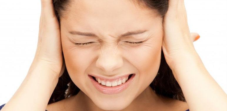 Девушка держится за уши