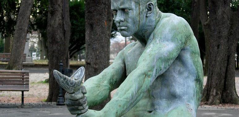 Статуя с удушением змеи