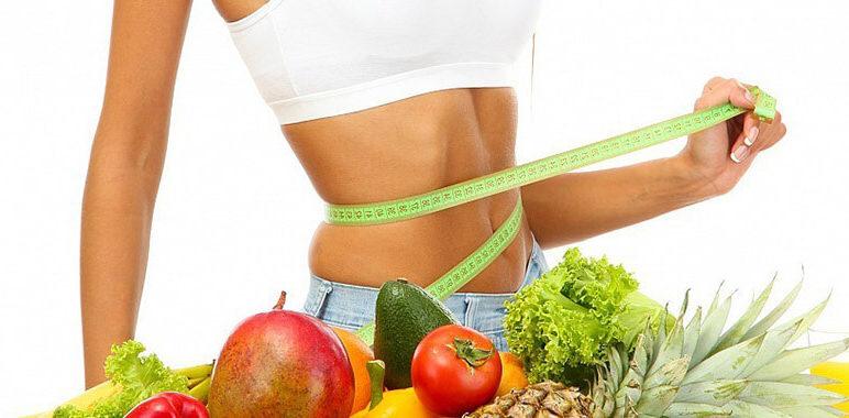 Полезные фрукты и овощи на фоне стройной девушки